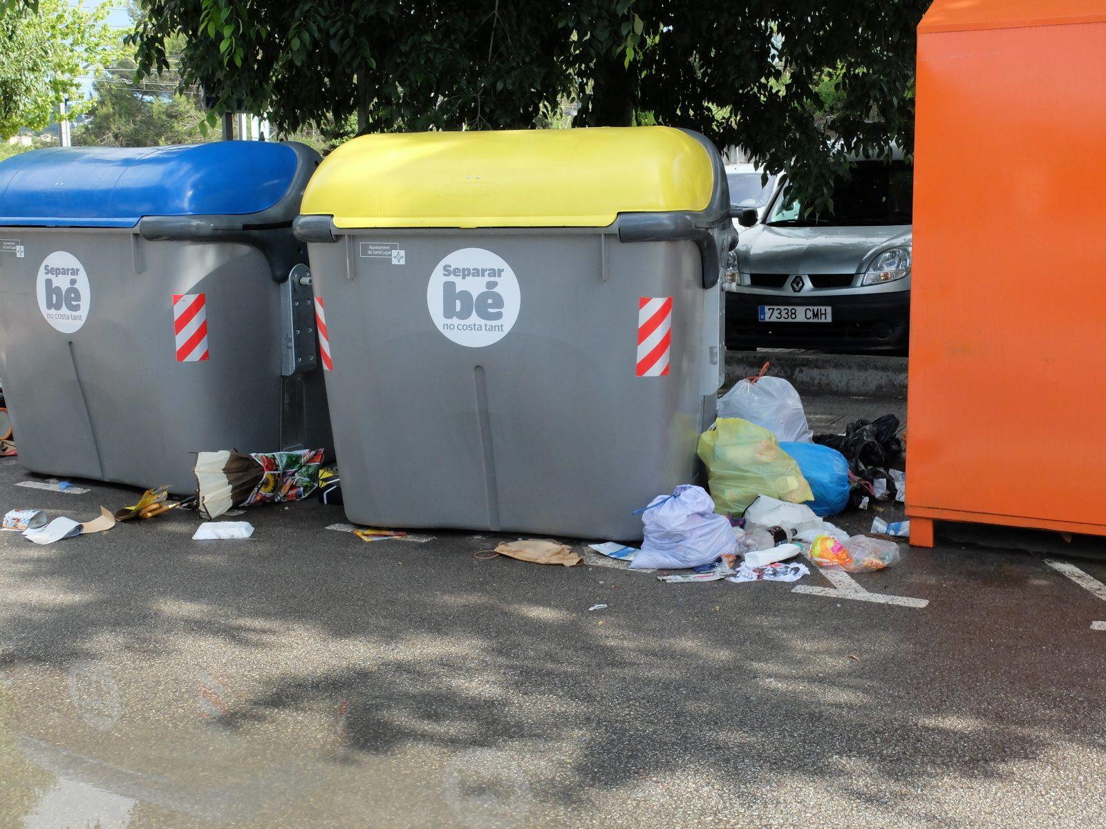 Contenidors de reciclatge de la Plaça de l'Estacio de VDX. 31/05/14  19,30h.
